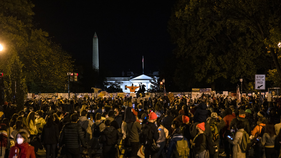 WATCH: Protesters square off with police in DC as large crowd gathers near the White House