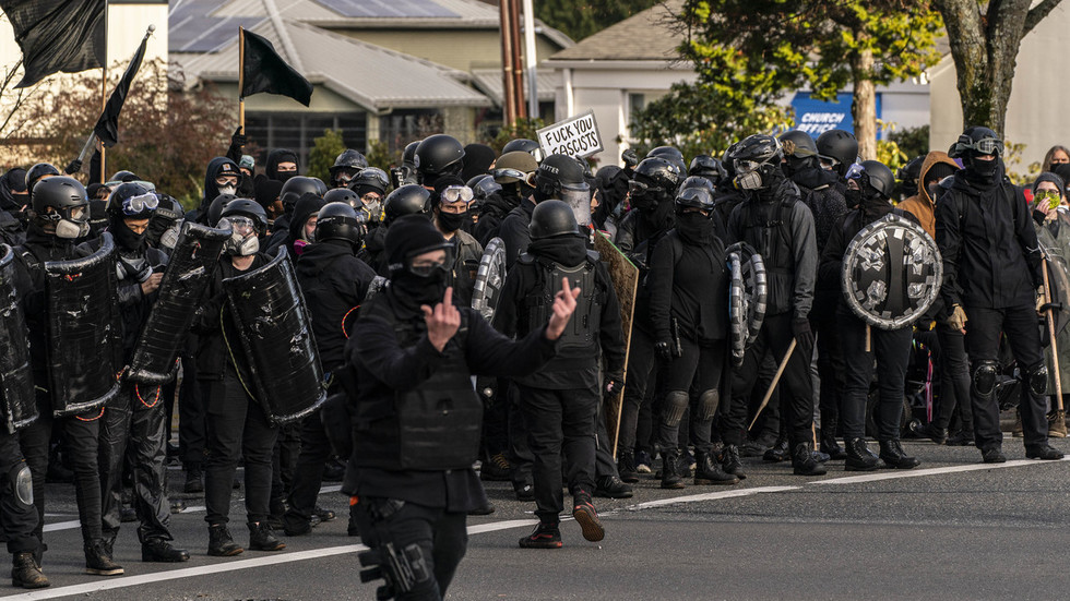 Olympia police declare a RIOT as one person shot in clashes between Proud Boys & Antifa in Washington state (VIDEOS)